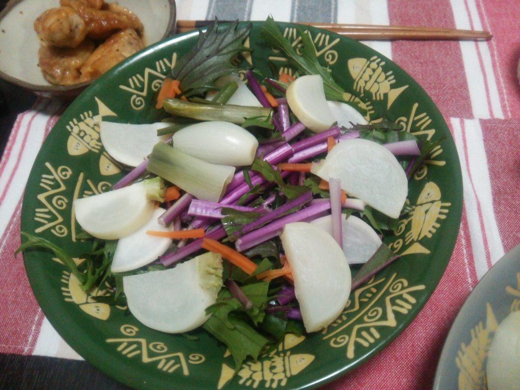 朝市で買った野菜サラダ