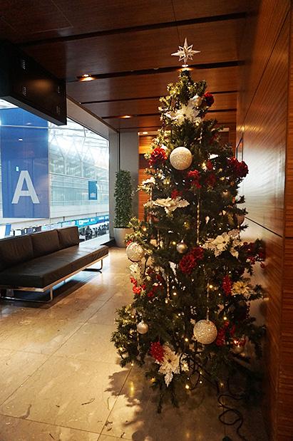 羽田空港国内線第2旅客ターミナル「エアポートラウンジ(北)」入口クリスマスツリー写真