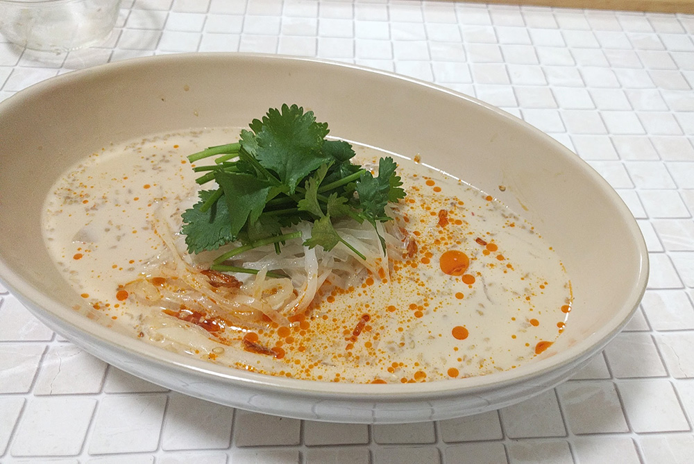 写真:野菜で!冷やし豆乳スープの大根麺
