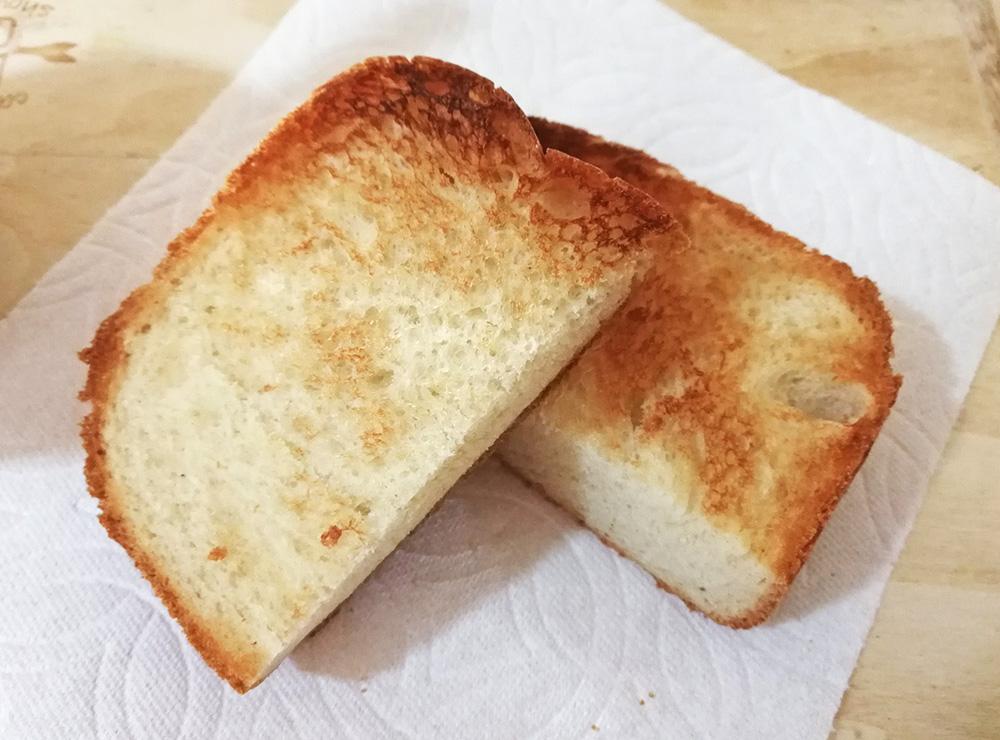 写真:ホームベーカリーで焼いた食パンをトーストに